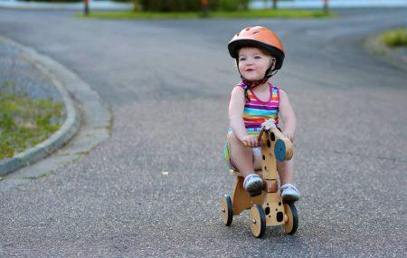 Prva samostalna vožnja bicikla sigurno za mnoge predstavlja jednu od najlepših uspomena iz detinjstva. Nakon što deca prohodaju bez bilo kakvih pomagala poput hodalice, postaje vrlo jednostavno da savladaju i vožnju tricikla ili bicikla bez pedala tako što će koristiti noge za zalet. Većina dece svoju vožnju započinje sa triciklom, između prve i četvrte godine, […]
